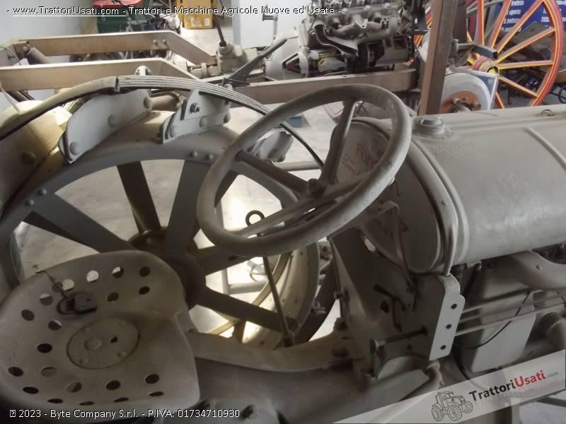 Trattore d'epoca fordson - n usa ruote ferro 2